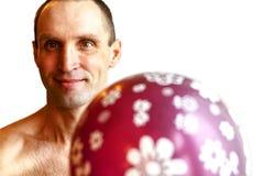 Hombre que sostiene el globo azul