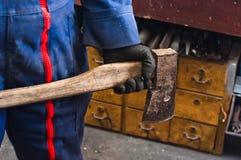 Hombre que sostiene el hacha industrial Foto de archivo