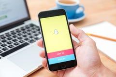 Hombre que sostiene el iphone 6 Snapchat que muestra app Fotos de archivo libres de regalías