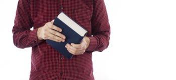 Hombre que sostiene el libro cerrado aislado en blanco Imagenes de archivo