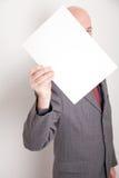 Hombre que sostiene el papel en blanco Imágenes de archivo libres de regalías