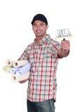 Hombre que sostiene el papel pintado Imágenes de archivo libres de regalías