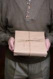 Hombre que sostiene el paquete Imagen de archivo libre de regalías
