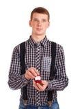 Hombre que sostiene el rectángulo con el anillo de bodas Imagenes de archivo