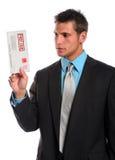 Hombre que sostiene el sobre atrasado Imágenes de archivo libres de regalías
