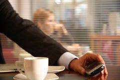 Hombre que sostiene el teléfono móvil moderno - ascendente cercano imagen de archivo libre de regalías