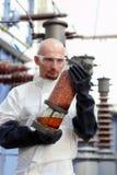 Hombre que sostiene el tubo industrial Imágenes de archivo libres de regalías