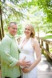 Hombre que sostiene el vientre del bebé de la mujer embarazada Foto de archivo libre de regalías