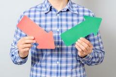 Hombre que sostiene flechas con el gráfico de levantamiento Fotografía de archivo libre de regalías