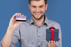 Hombre que sostiene la actual caja con la tarjeta de débito del crédito Fotos de archivo libres de regalías