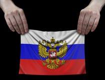 Hombre que sostiene la bandera rusa Imágenes de archivo libres de regalías