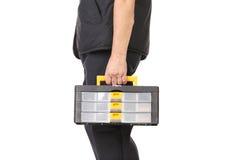 Hombre que sostiene la caja de herramientas plástica. Fotografía de archivo