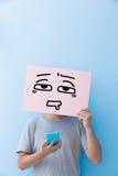 Hombre que sostiene la cartelera confusa de la expresión Fotos de archivo libres de regalías