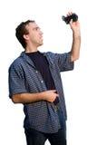 Hombre que sostiene la cámara de vídeo Fotografía de archivo libre de regalías