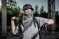 Hombre que sostiene la piedra grande Fotos de archivo libres de regalías