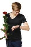 Hombre que sostiene la rosa roja Fotografía de archivo