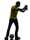 Hombre que sostiene la silueta digital de observación de la tableta Imagen de archivo