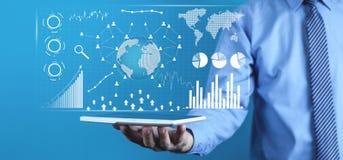 Hombre que sostiene la tableta de Digitaces Estadísticas financieras, gráficos de negocio, red social y conexión Futuro y concept imagenes de archivo