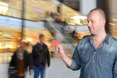Hombre que sostiene la tarjeta de crédito Foto de archivo libre de regalías
