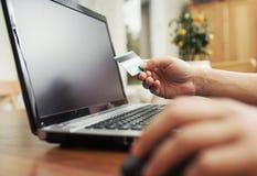Hombre que sostiene la tarjeta de crédito disponible Imágenes de archivo libres de regalías