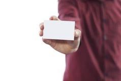 Hombre que sostiene la tarjeta de visita aislada en blanco Imagenes de archivo