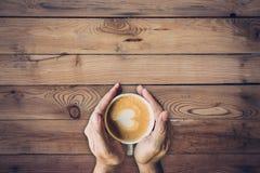 Hombre que sostiene la taza de café caliente Imágenes de archivo libres de regalías
