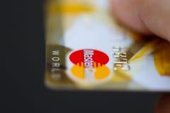 Hombre que sostiene las tarjetas de crédito bancarias de Mastercard foto de archivo