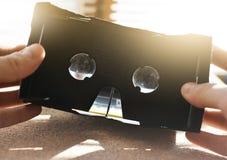 Hombre que sostiene los vidrios del vr de las manos Una realidad virtual innovaciones Entretenimiento del concepto Imagenes de archivo