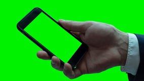 Hombre que sostiene smartphone negro con la pantalla en blanco fotografía de archivo