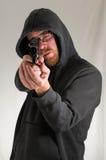 Hombre que sostiene un arma de la pistola Foto de archivo libre de regalías