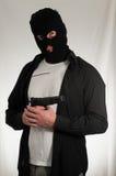 Hombre que sostiene un arma de la pistola Fotografía de archivo