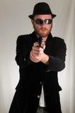 Hombre que sostiene un arma de la pistola Imagenes de archivo