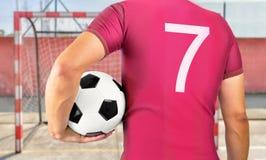 Hombre que sostiene un balón de fútbol Fotos de archivo