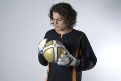 Hombre que sostiene un balón de fútbol - horizontal Imagen de archivo