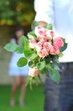 Hombre que sostiene un Bouguet de flores Fotografía de archivo libre de regalías