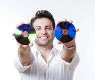 Hombre que sostiene un Cd Fotografía de archivo libre de regalías