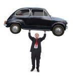 Hombre que sostiene un coche fotografía de archivo