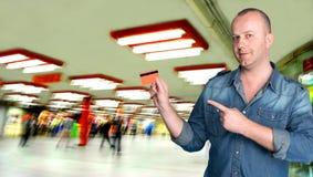 Hombre que sostiene un de la tarjeta de crédito Fotos de archivo libres de regalías