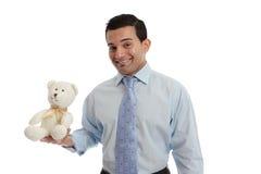 Hombre que sostiene un oso de peluche hecho punto foto de archivo libre de regalías