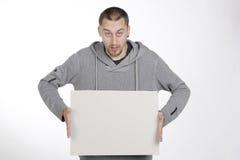 Hombre que sostiene un papel para el anuncio Imagen de archivo libre de regalías