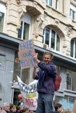 Hombre que sostiene un pice del cartón con Fotos de archivo