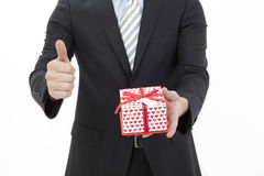 Hombre que sostiene un rectángulo de regalo Fotografía de archivo libre de regalías