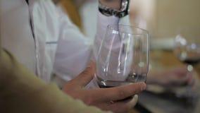 Hombre que sostiene un vidrio de vino metrajes