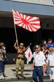 Hombre que sostiene una bandera de Japón Fotos de archivo