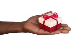 Hombre que sostiene una caja de regalo disponible Fotos de archivo