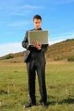 Hombre que sostiene una computadora portátil Imagen de archivo