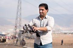 Hombre que sostiene una jaula y palomas Fotos de archivo libres de regalías