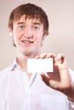 Hombre que sostiene una tarjeta Foto de archivo libre de regalías