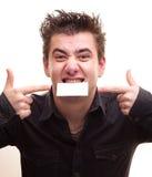 Hombre que sostiene una tarjeta Imagen de archivo libre de regalías