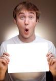 Hombre que sostiene una tarjeta de visita en blanco Foto de archivo libre de regalías